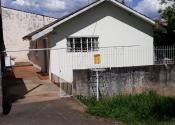 Residência com peças amplas e belo quintal