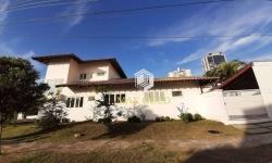 Casa em condomínio fechado com 3 quartos para alugar, 230m²